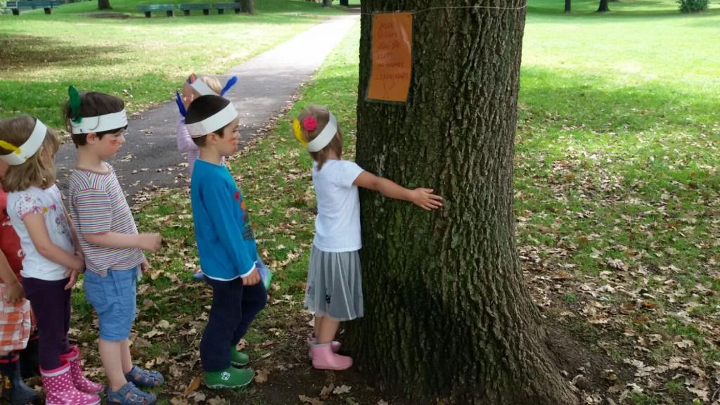 Bäume sind Freunde. Das lernen die kleinen Schatzsucher so ganz nebenbei.